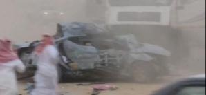 Impact violent între un camion și un autoturism