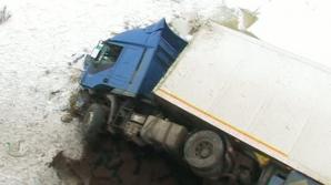 ACCIDENT SPECTACULOS: A căzut în gol cu TIR-ul într-o râpă de la 15 metri