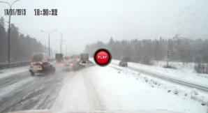 Carambol de proporţii provocat de zăpadă, pe o autostradă din Rusia