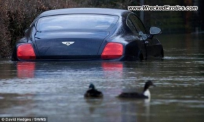 Un Bentley de 120.000 de euro a intrat la apă în Anglia