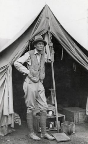 MACHU PICCHU, PERU - Hiram Bingham pozează în faţa cortului său din Machu Picchu