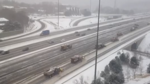 Operațiune de deszăpezire pe o autostradă din Canada