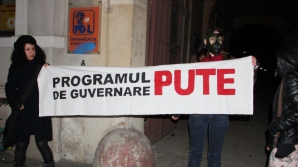 """Protest al tinerilor la Cluj: """"Programul de guvernare PUTE!"""" FOTO"""