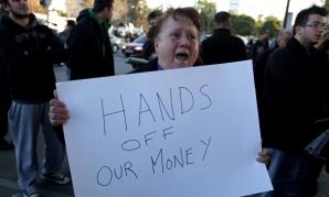 """""""Jos mâinile de pe banii noştri"""" - protestatarii ciprioţi îşi strigă nemulţumirea pe străzi"""
