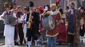 TRADIŢII şi OBICEIURI de 8 MARTIE. Parada medievală pe uliţele satului