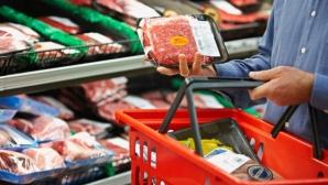 Caserole cu pastă de mici care ar conţine carne de cal, ridicate din magazine, în Bistriţa / Foto: agenda.ro