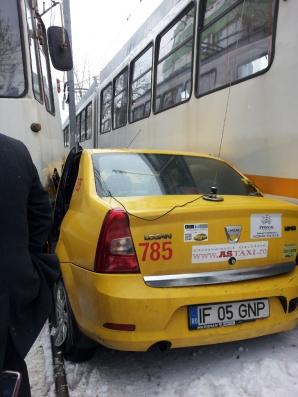 TAXI prins între două tramvaie, în zona Trafic Greu din Capitală