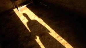 Copil găsit mort într-o locuinţă din Uricani. Băieţelul a fost sugrumat, spun legiştii