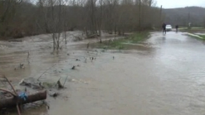Zece gospodării au fost inundate şi o casă a luat foc după ce a fost lovită de trăsnet, în Suceava