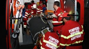 Un mort şi doi răniţi după ce un microbuz s-a răsturnat peste gardul unui imobil