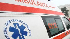 Trei răniţi, între care un copil de 9 ani, după ce o maşină s-a răsturnat în Bacău
