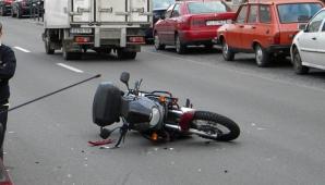 Un motociclist spulberat de o şoferiţă neatentă