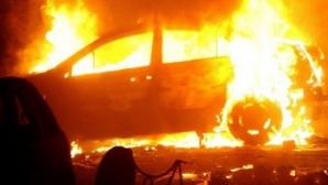 Tinerii suspectaţi că au incendiat trei autoturisme, la Timişoara, arestaţi preventiv