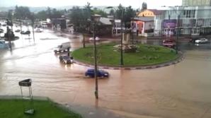 Orașul Onești, acoperit de ape în urma unei furtuni puternice