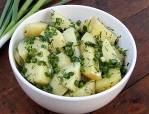 Salată de cartofi noi cu ceapă verde