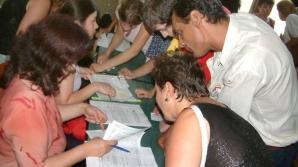 Elevii pot completa fişele de înscriere