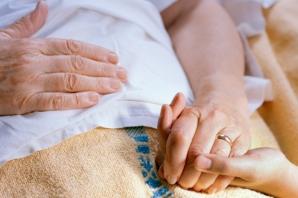 BĂTUTĂ CRUNT de un tânăr care a vrut s-o tâlhărească. Bătrâna de 83 de ani, în stare gravă la spital