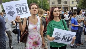 Soţia lui Emil Boc, printre protestatarii de la Cluj, împotriva proiectului Roşia Montană. Foto: Mediafax Foto/ Raul Ştef