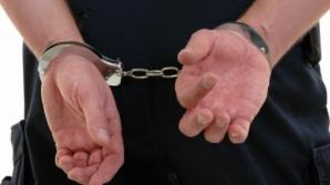 Băcăuanul a vrut să sară din maşina poliţiei, încătuşat