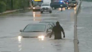 Case inundate de ploile torenţiale; 15 persoane, între care 7 copii, salvate dintre ape