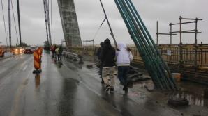 HAOS la AGIGEA. Navetiştii trec podul pe jos prin vânt şi ploaie / Foto: cugetliber.ro