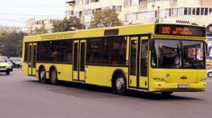 O persoană rănită, după ce un autobuz a lovit a maşină