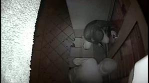 FILMAT în timp ce încerca să fure dintr-un magazin