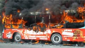 Un autocar cu 25 de persoane la bord a luat foc