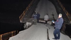 Mașini suspendate în Hunedoara, după ce un pod s-a rupt