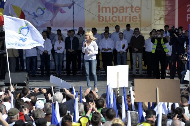 Elena Udrea, PROTEST în BLUGI şi pe TOCURI / Foto: MEDIAFAX