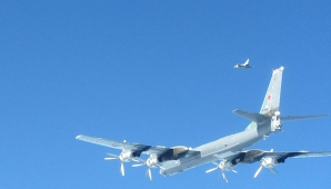 Primele imagini cu avioanele britanice Typhoon in timp ce intercepteaza doua avioane miltare rusesti Tupolev TU-95