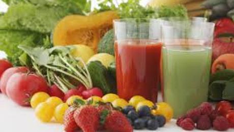 Riscuri la care te expui atunci cand bei prea multe sucuri dietetice
