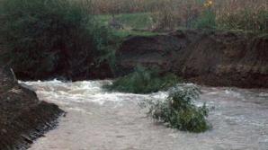 Vâlcea, sub ape: drumuri blocate, 17 familii izolate / Foto: ziaruldevalcea.ro