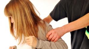 Trei persoane care racolau tinere pe care le obligau să se prostitueze, reţinute