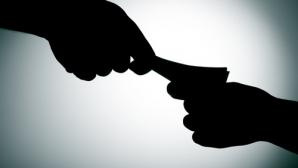 Profesorii şi inspectorii pretindeau 300-500 de euro pentru trecerea examenului de BAC. Procurorii s-au deghizat în părinţi