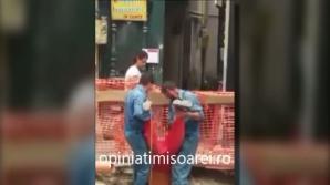 Doi muncitori şi-au legat un coleg cu o funie de picioare şi l-au băgat în canalizare