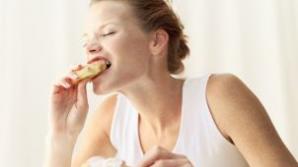 Mănânci noaptea? Şansele să faci cancer la sân sunt mai mari