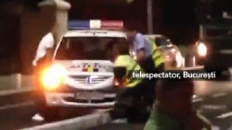 MARTOR OCULAR. Maşină de Poliţie a rămas suspendată pe bordura care delimitează banda de biciclişti