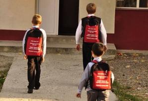44 de mii de ghiozdane roşii au fost împărţite elevilor băcăuani din mediul rural