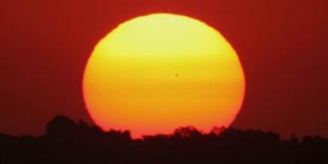 Cea mai mare pată solară din ultimii 24 de ani, vizibilă cu ochiul liber pe suprafaţa Soarelui