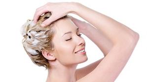 Atenţie la şamponul uscat! Ce a păţit o femeie care l-a folosit aproape în fiecare zi