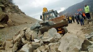 Circulaţia pe DN 10 Buzău-Braşov, ÎNCHISĂ din cauza alunecărilor de teren produse în urma ploilor