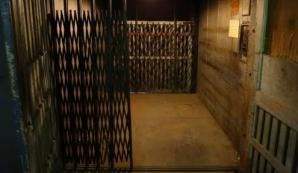 Descoperire macabră în casa liftului. Poliţiştii au înlemnit când au găsit asta acolo