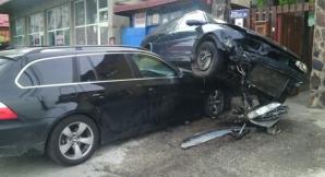 Accident spectaculos în Târgu Mureş. A 'zburat' cu maşina peste un alt autoturism / Foto: voceatransilvaniei.ro