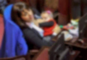 Moment viral. O politiciană şi-a alăptat bebeluşul în timpul şedinţei din Parlament