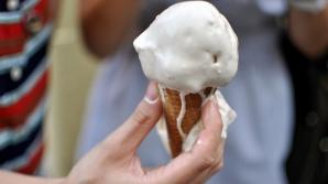 Miturile despre îngheţată, demontate de medici. De ce e rău să dăm copiilor îngheţată topită