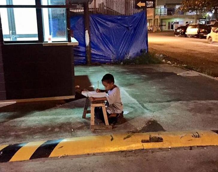 Daniel Cabrera, un băiețel de 9 ani, elev la o școală din Filipine a fost suprins, seara, lângă un restaurant Mc Donald s, în timp ce își făcea temele, profitând de lumina electrică ce venea de la ferestrele fast-foodului.   Citeste mai mult pe REALITATEA.NET: http://www.realitatea.net/imaginea-neputin-ei-copilul-fara-adapost-i-i-face-temele-in-strada-folosind-lumina-de-la-mc-donalds_1742539.html#ixzz3fVE6wzeH  Follow us: @realitatea on Twitter
