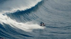 Cu motocicleta pe valuri