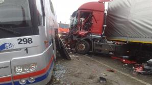 Accident grav în Arad: Două autobuze cu muncitori au fost lovite de un TIR