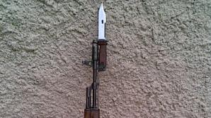 Umbla cu baioneta prin sat. Ce a păţit un tânăr din judeţul Galaţi